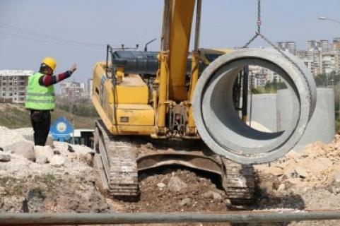 Karaköprü'de kollektör hat döşeme çalışmaları aralıksız devam ediyor