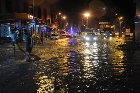Viranşehir'de Etkili Olan Sağanak Yağmur Hayatı Felç Etti