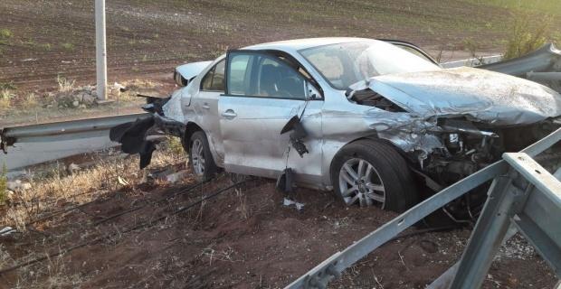 Bariyerlere çarpan sürücü hayatını kaybetti.