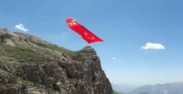 Şehitlerin isimi zirveye dikilen bayrağa yazıldı