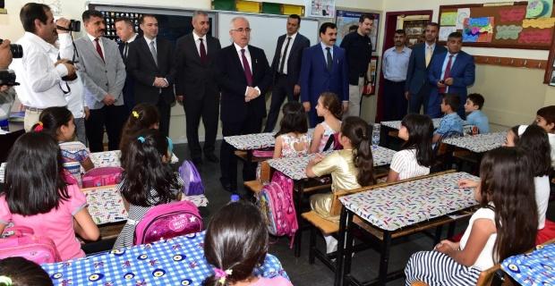 Tuna, Karaköprü Mete Has İlkokulu'nda karne dağıttı