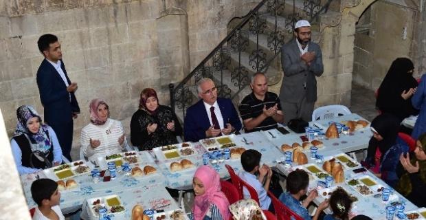 Tuna,İftarı Suriyeli yetim ve yoksul aileleri ile birlikte yaptı.