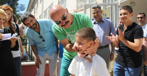 Ünlü sinema oyuncuları Şanlıurfa'da karne dağıttı