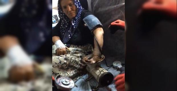Kıyma makinesinde biber çekmeye çalışan kadın elini makineye kaptırdı