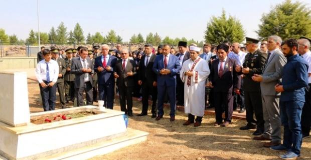 Siverek'te,Gaziler günü şehitlikte yapılan törenle kutlandı.