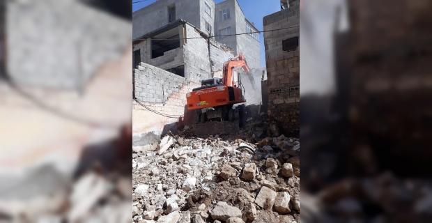 Tehlike arz eden yapımın yıkımı kontrollü şekilde gerçekleştirdi