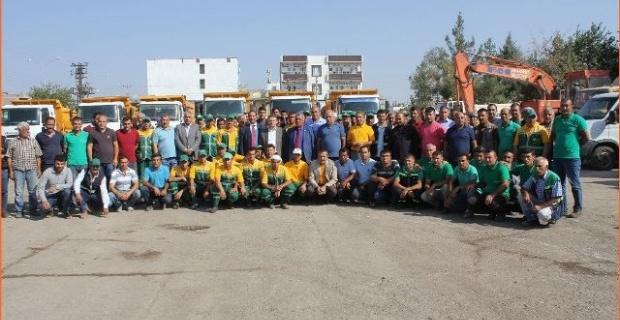 Viranşehir Belediyesi İdarecileri, güne işçilerle bir araya gelerek başladı.