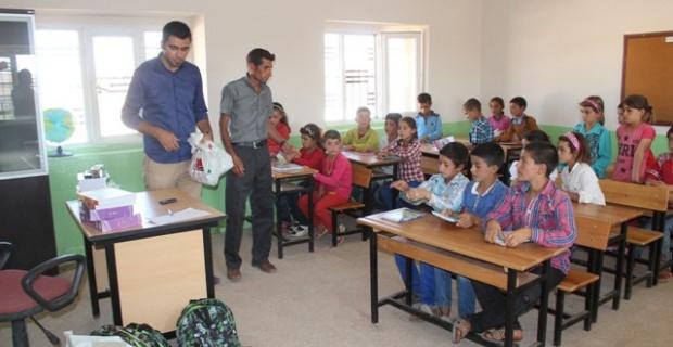Yılmaz'ın öğrencilerine kırtasiye yardımı