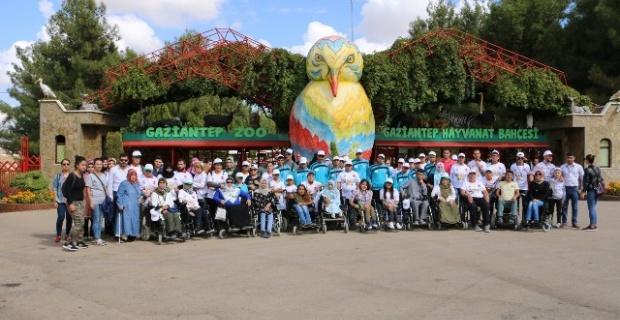 110 engelli kursiyer hayvanat bahçesini gezdi.