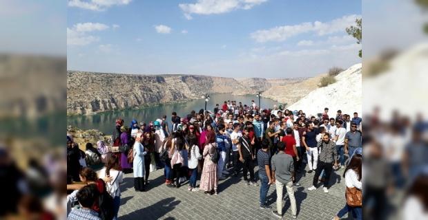 Harran Üniversitesi öğrencilerini Halfeti ilçesine götürdü.