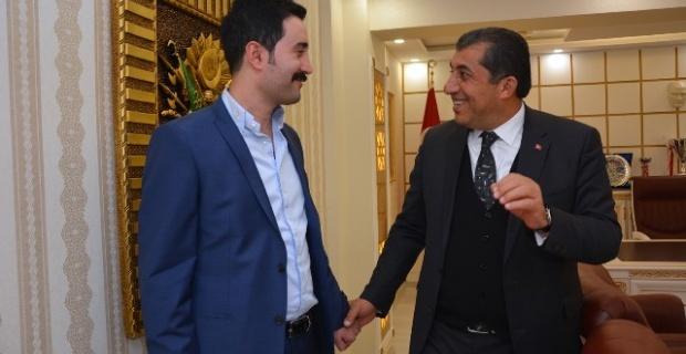 Atilla,DEDAŞ Şanlıurfa Proje Müdürü Mehmet Kürüm'e plaket verdi.