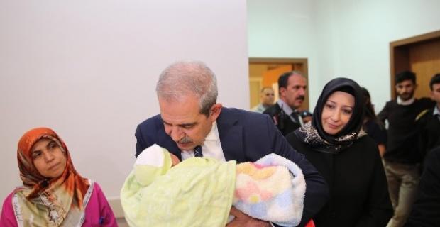 Demirkol, Yeni Yılın İlk Bebeğine Altın Takıp İsim Verdi