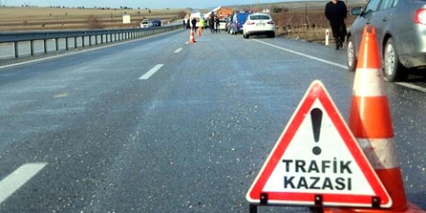 Otomobil Traktöre Çarpı, Aynı Aile'den 2 Kişi Öldü, 3 Kişi Yaralandı