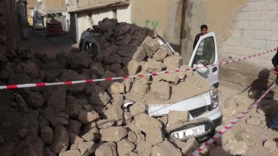 Tarihi bir evin duvarı, seyir halindeki hafif ticari aracın üzerine yıkıldı.