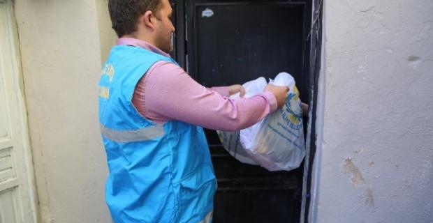 Haliliye'de ihtiyaç sahibi ailelere giyecek yardımı yapılıyor.