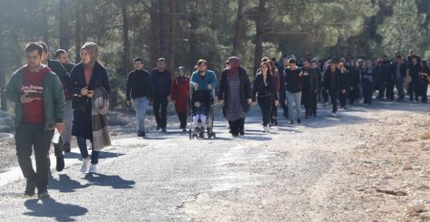Karaköprü'de öğretmenler doğa ve sağlıklı yaşam için yürüdü.