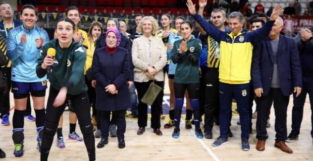 Parkenin Başakları İzmir Büyükşehir Belediyespor'u 25 - 21 mağlup etti.