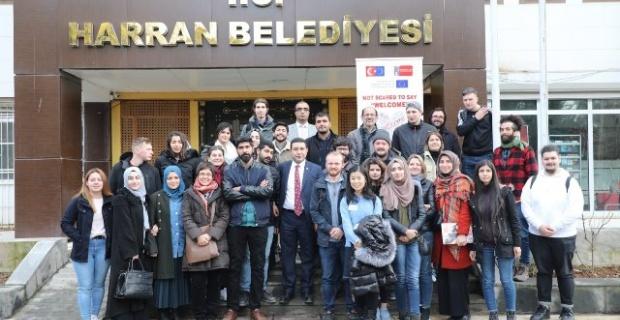 Başkan Özyavuz,çeşitli ülkelerinden gelen gençleri ağırladı.