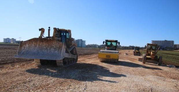 Hilvan'da kütüphane inşaatı devam ederken diğer yandan yol yapım çalışmaları da sürüyor.