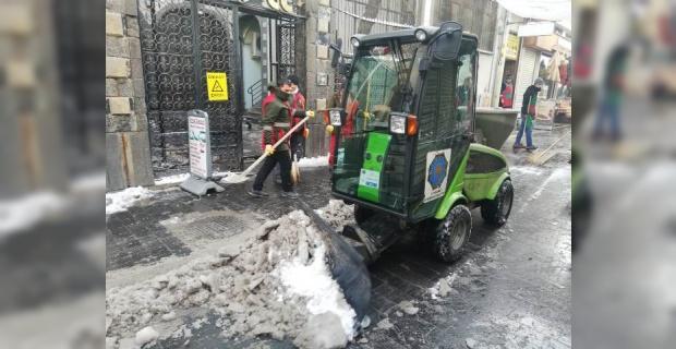 """Diyarbakır Büyükşehir """"kaldırımları kar ve buzlardan arındırıyoruz"""""""