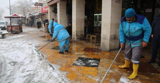 Eyyubiye Belediyesi 110 personel ve iş makinalarıyla kar nöbeti tuttu.