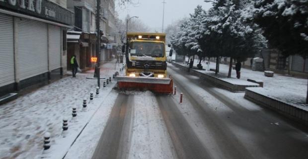 Şanlıurfa Büyükşehir Belediyesinin kar mesaisi devam ediyor