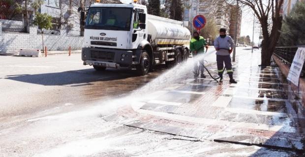 Hilvan'da cadde ve sokaklar dezenfekte ediliyor.