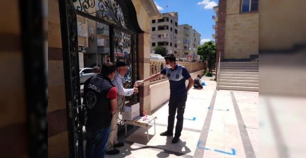 Birecik Belediyesinden vatandaşlara maske dağıtımı ve gül suyu ikramı