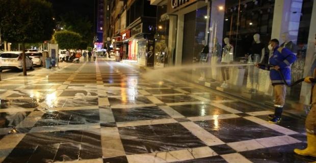 Haliliye'de cadde ve sokaklar köpüklü su ile yıkanarak dezenfekte edildi.