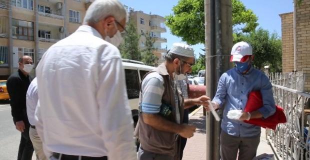 Karaköprü Belediyesi,camilerde vatandaşlara maske dağıttı.