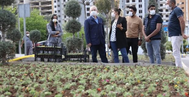 Mardin Valisi Yaman,mevsimlik çiçek dikimi çalışmalarını inceledi.
