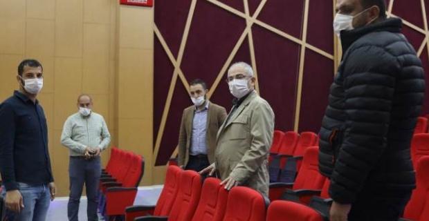 Vali Yaman Sanat Akademisi'nde yapılan çalışmaları inceledi.