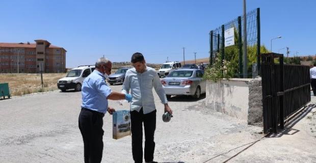 """Başkan Aksoy """"ekiplerimizce Cuma Namazı kılınan alanların girişinde maske dağıtıldı"""""""