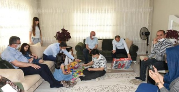 """Batman Valisi Şahin """"101 Otizmli çocuğu evlerinde ziyaret ederek eğitici oyuncak seti hediye etti"""""""