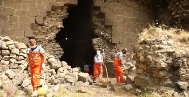 Diyarbakır Büyükşehir Belediyesi,sur dipleri ve burçlarda temizlik çalışması başlattı.