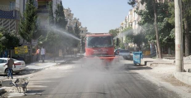 Haliliye Belediyesi,cadde ve sokakları köpüklü su ile yıkayarak dezenfekte etti.