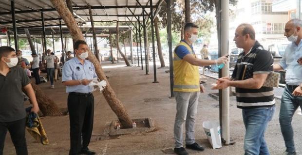 Haliliye Belediyesi,cemaate maske ve dezenfektan dağıtımı gerçekleştirdi.
