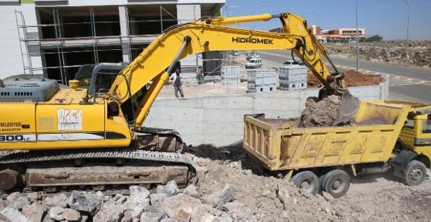 Karaköprü'de Seyrantepe ve Ali Baba mahallelerinde yeni yol açma çalışmaları sürüyor.