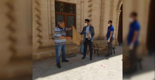 Mardin'de Cuma Namazı Öncesi maske, tek kullanımlık seccade dağıtımı ve ateş ölçümü yapıldı.