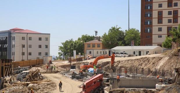 Şırnak'ta Kent Meydanı Projesinin yapım çalışmaları süratle devam ediyor.
