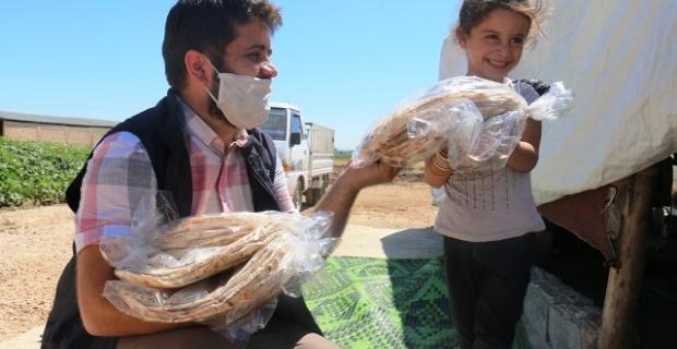 Akçakale'de dar gelirli 2 bin Türk ve Suriyeli aileye 4 bin paket Ekmek dağıtıldı.
