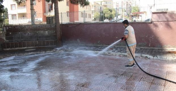 Haliliye Belediyesi,tüm okul bahçelerini içerisinde dezenfektan bulunan deterjanlı su ile yıkıyor.