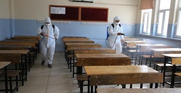 Haliliye Belediyesi,okulların bahçelerini deterjanlı su ile yıkayarak, sınıfları dezenfekte etti.