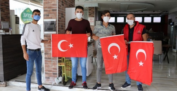 Karaköprü Belediyesinden Türk Bayrağı hediye.