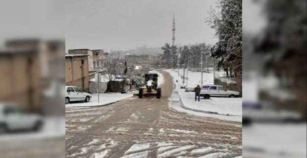 Bozova Belediyesi,kar küreme ve tuzlama çalışmalarına devam ediyor