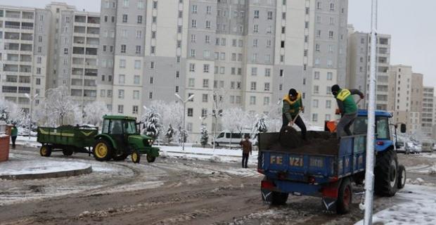 """Karaköprü Belediyesi """"kar küreme ve tuzlama  çalışmaları devam ediyor"""""""