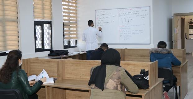 Karaköprü'de matematik dersi veriliyor.