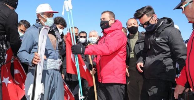 Kayak takımları Vali İdris Akbıyık tarafından teslim edildi