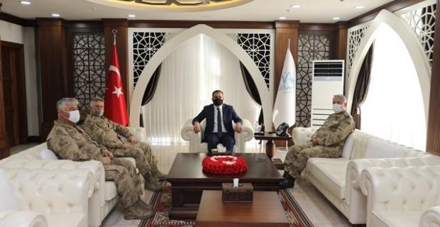 Tümgeneral Kurtoğlu ve Tuğgeneral Çolak Hakkari Valisi Akbıyık'ı ziyaret ettiler