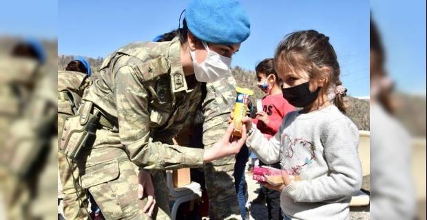 Hakkari'de minik öğrenciler asker abi ve ablalarıyla güzel bir gün geçirdi.